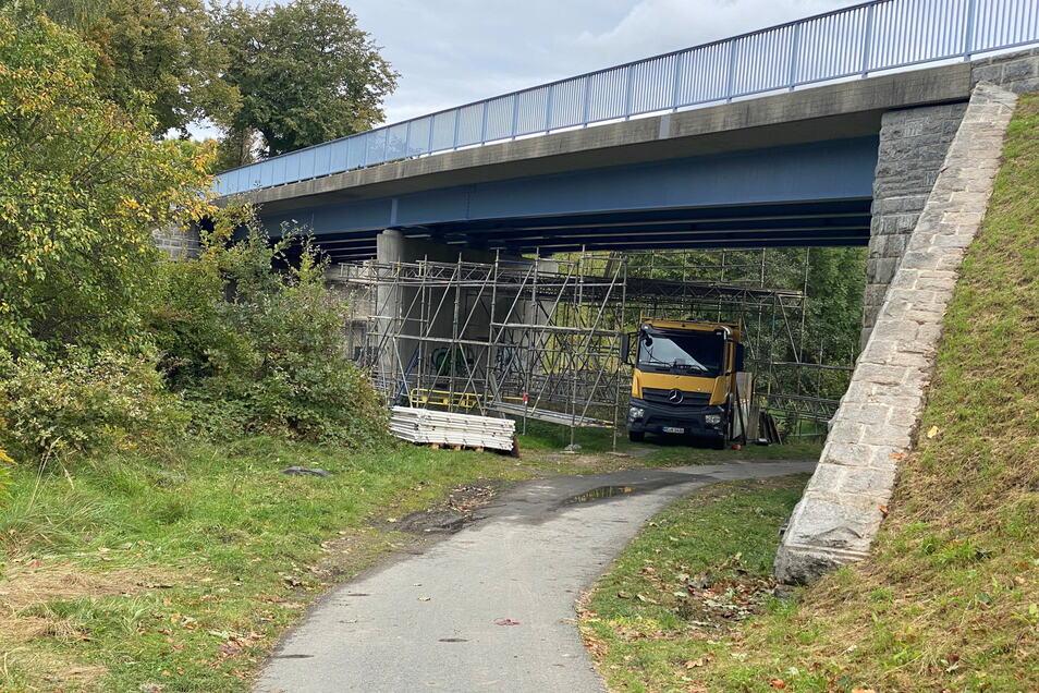 Unter der Brücke werden derzeit noch die Gerüste demontiert. Oben kann aber schon wieder gefahren werden.