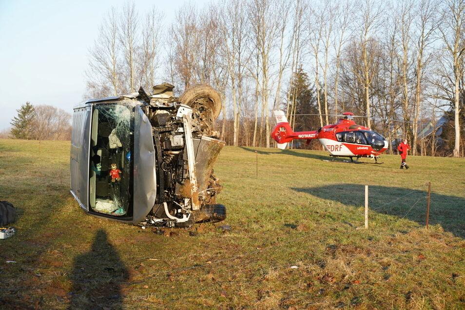 Bei dem Unfall bei Bautzen am Sonntagmorgen überschlug sich der Transporter. Auch ein Rettungshubschrauber kam zum Einsatz.