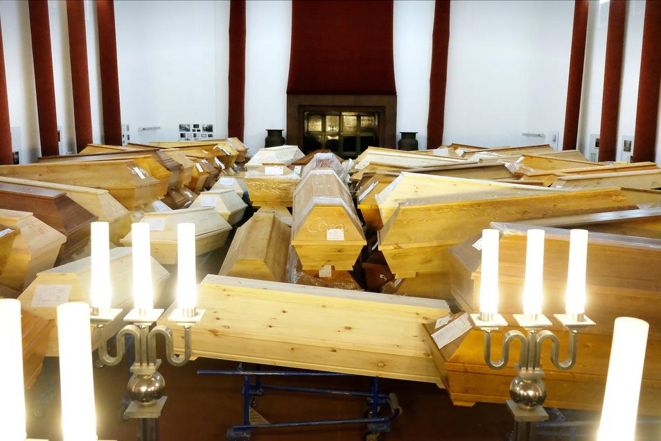 Eine Momentaufnahme Mitte Januar 2021: Die Särge stapeln sich im Krematorium Meißen. Weil es so viele sind, musste seit Dezember auch die Feierhalle für die Angehörigen benutzt werden.