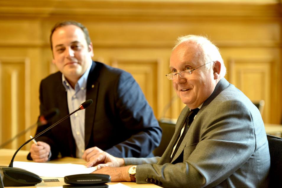 Haben den städtebaulichen Vertrag unterzeichnet: Jan Hasek von der Grundstücksgesellschaft von Edeka (links) und Löbaus OB Dietmar Buchholz.