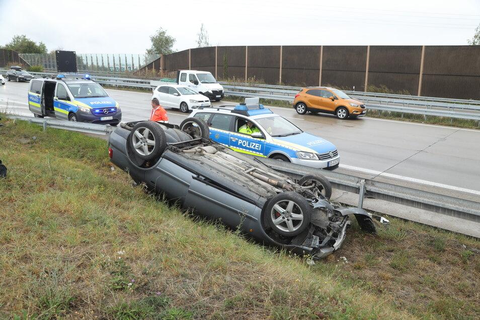 Das Auto landete kopfüber im Graben.