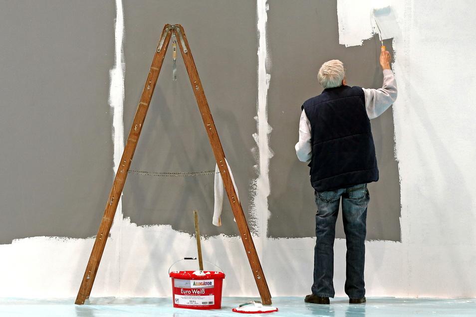Ein älterer Mann streicht in Leipzig eine Wand: Immer mehr Ältere in Deutschland gehen einer Beschäftigung nach.