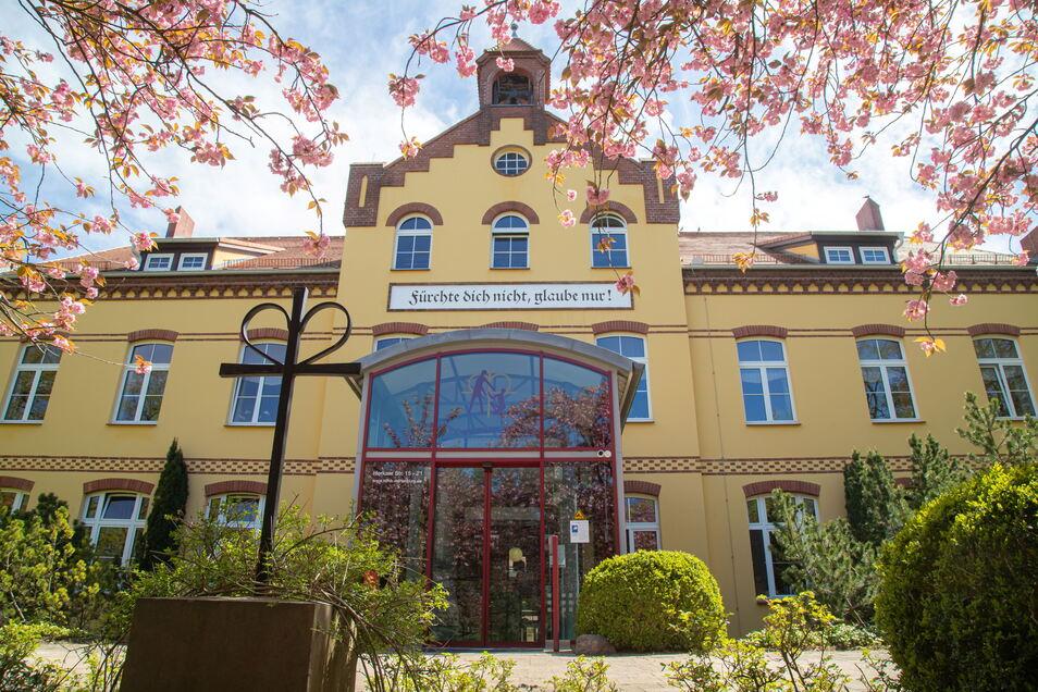 Der Haupteingang des Orthopädischen Zentrums in Rothenburg.