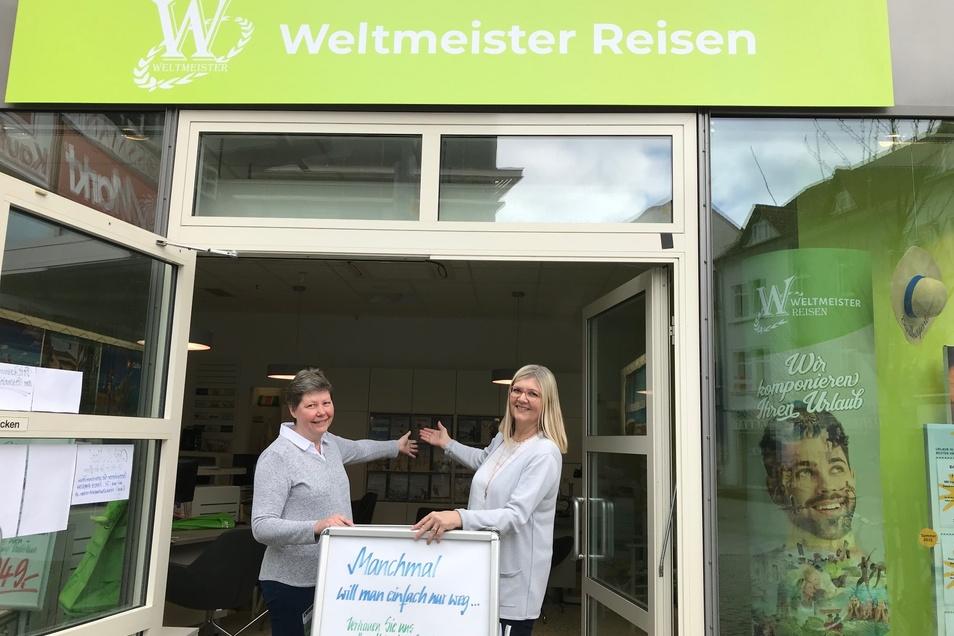 """""""Weltmeister Reisen"""" – Ihr Reisebüro mit Herz! P. Schönemann und Büroleiterin S. Ackermann laden in den Urlaub ein."""