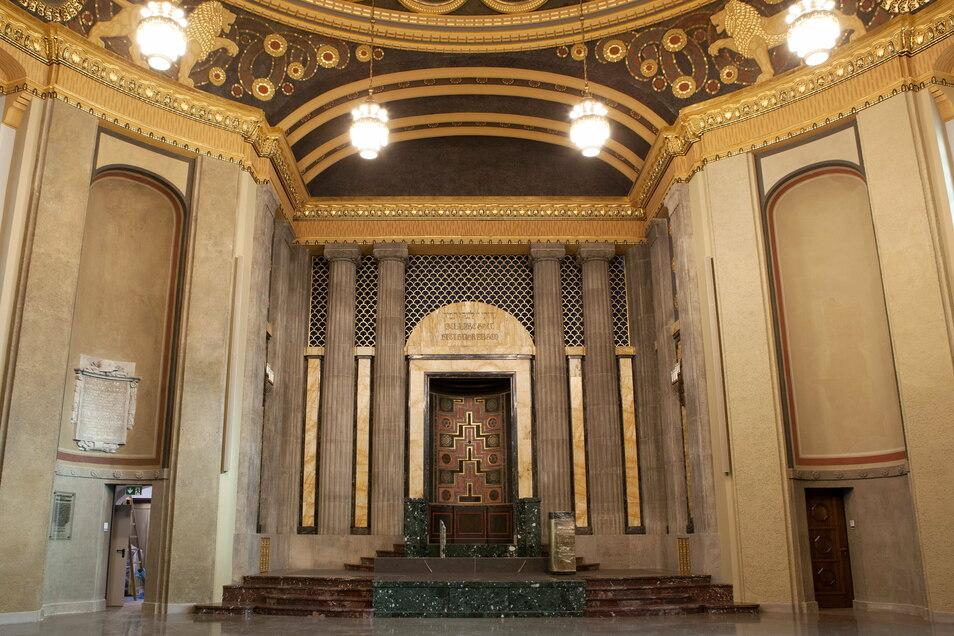 """Der Toraschrein im Kuppelsaal der Synagoge wurde wiederhergestellt, ist aber heute nicht mehr verschließbar. In der früheren """"Wochentagssynagoge"""" links daneben gibt es einen zweiten Toraschrein, der für jüdische Gottesdienste genutzt werden kann."""