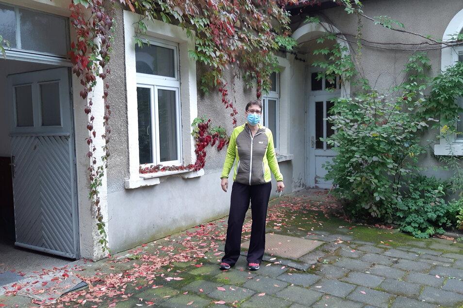 Berit Rasche steht im Hinterhof des ehemaligen Schützenhauses. Eine Ansicht, die so nur wenige kennen.