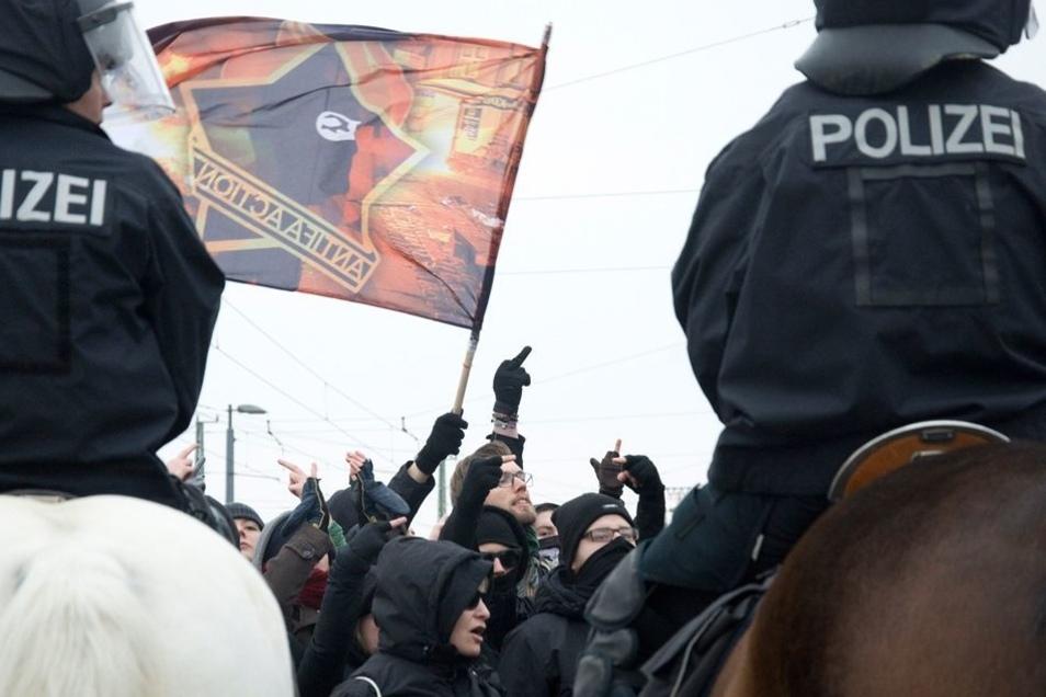 Die Polizei setzte auch Pferde ein, um die Gegendemos unter Kontrolle zu halten – das gelang am Wochenende.