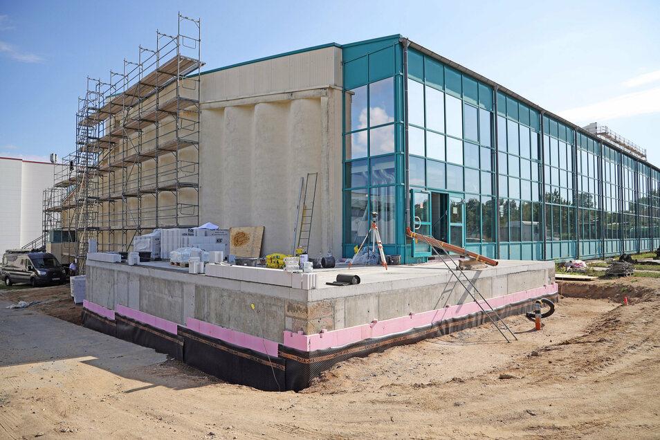 Auf der Rückseite entsteht ein Anbau als zentrales Lager für Schwimmhilfen und Chemikalien.