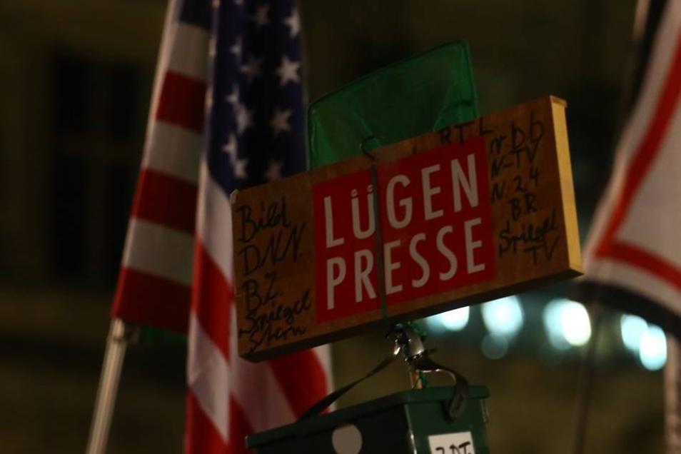 """Und auch US-Flaggen werden geschwenkt, was angesichts der bisher bei Pegida zu hörenden """"Ami go home""""-Rufe ein Novum ist."""