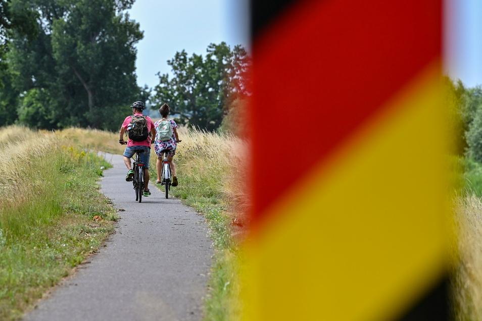 Fahrradfahrer sind auf dem Oder-Neiße-Radweg, der sich an der Grenze zu Polen entlangzieht. Ein kurzer Abstecher ins Nachbarland ist von Sachsen aus möglich.