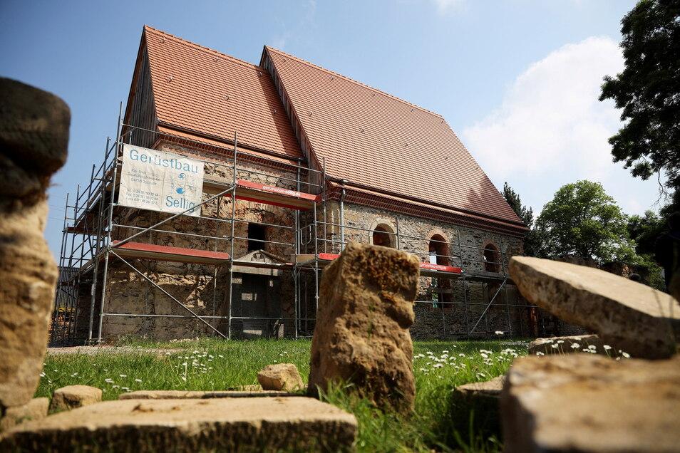 Die Canitzer Kirche ist mittlerweile eingerüstet, demnächst sollen die Arbeiten an der Fassade beginnen.