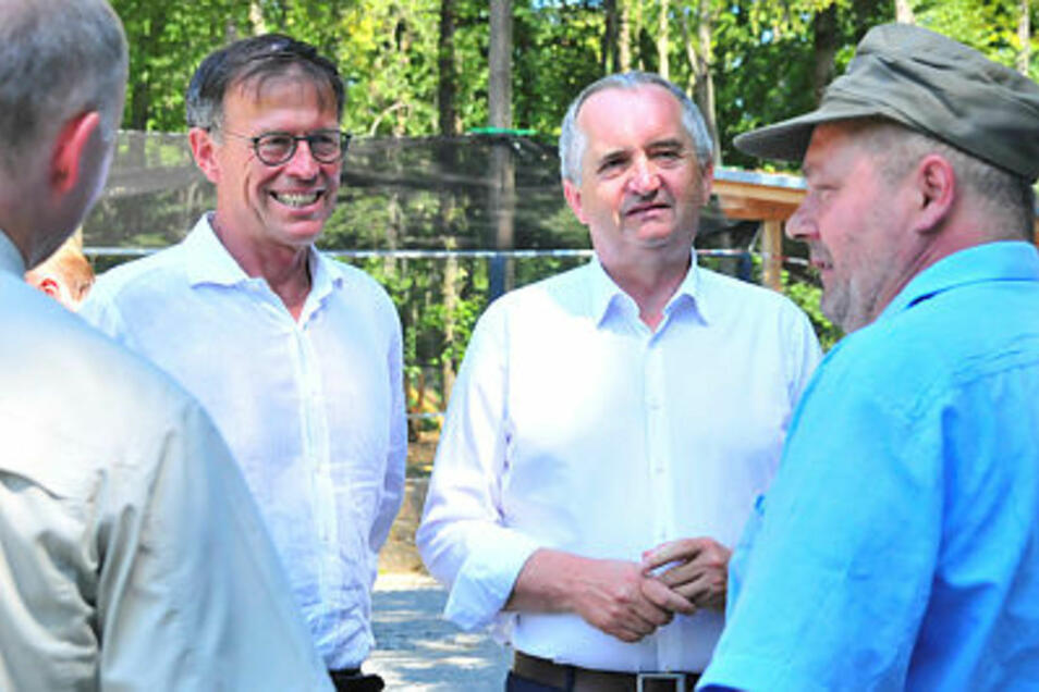 Sachsens Agrar- und Forstminister Thomas Schmidt (2.v.r.)  besuchte am Wochenende gemeinsam mit Landtagspräsident Matthias Rößler das Wildgehege Moritzburg.