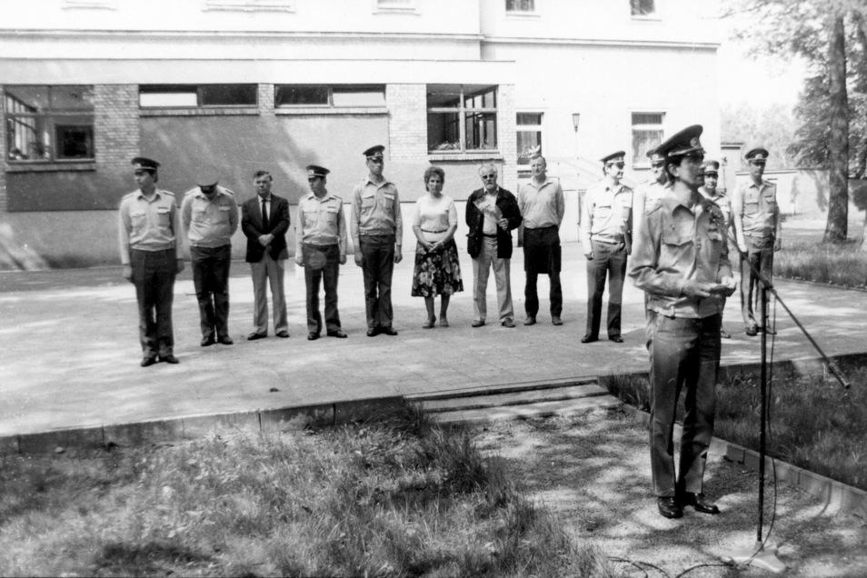 Oberstleutnant Lutz Schubert (vorn) hielt Mitte der 80er Jahre die Rede bei der Denkmaleinweihung. 3.v.l.: der damalige Bürgermeister Ottmar Warnke.