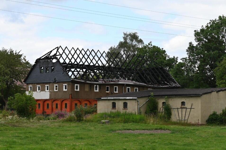 Der Dachstuhl des fast fertig sanierten Umgebindehauses in Ruppersdorf brannte in den Morgenstunden völlig aus.