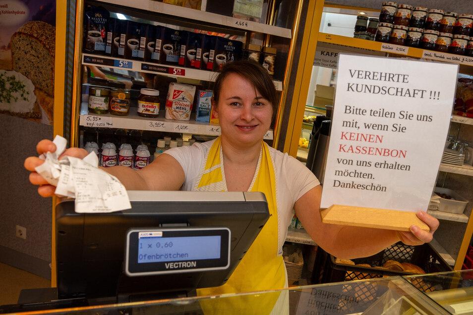 Akt des Ungehorsams: In der Pirnaer Bäckerei Gröger wird trotz Belegausgabepflicht kein Bon gedruckt, der nicht gewollt ist. Verkäuferin Anja Wagner zeigt das entsprechende Hinweisschild.