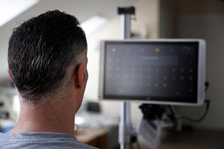 """Eine große Hilfe ist für Robert Schomburg sein neuer Sprachcomputer. In dem grauen Feld in der Mitte steht, was er mit seinen Augen """"tippt""""."""