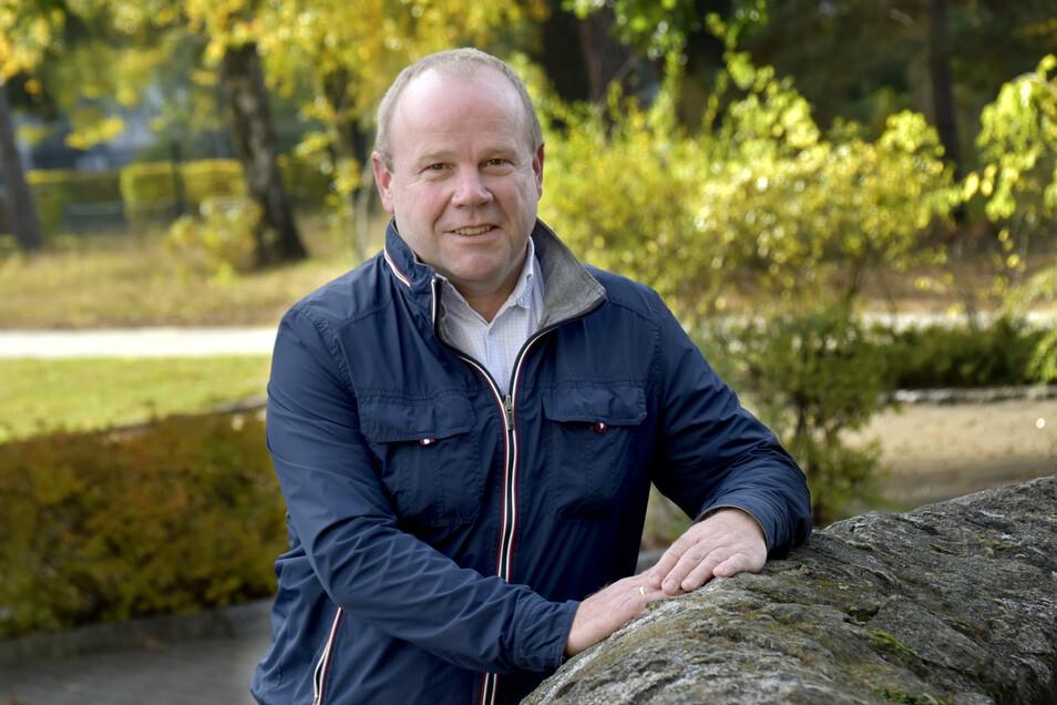 """Schauen, """"ob ich irgendwo noch gebraucht werde"""":  Ottendorfs Noch-Bürgermeister Michael Langwald packt seine Sachen im Rathaus."""