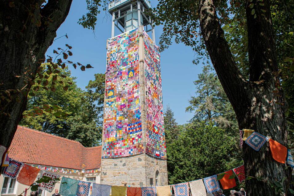 Der Lessingturm auf dem Kamenzer Hutberg wurde jetzt für einen Tag mit 6.000 Wollquadraten verhüllt.