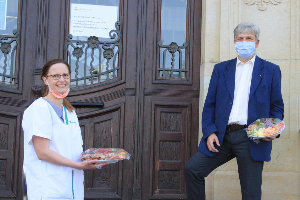 Überraschung gelungen: Grit Pippig, Teamleiterin der Notfallambulanz, freute sich über den Imbiss, den Jens Beyer vom Rotary Club Radeberg-Schönfelder Hochland für das Klinikpersonal ins Radeberger Krankenhaus brachte.