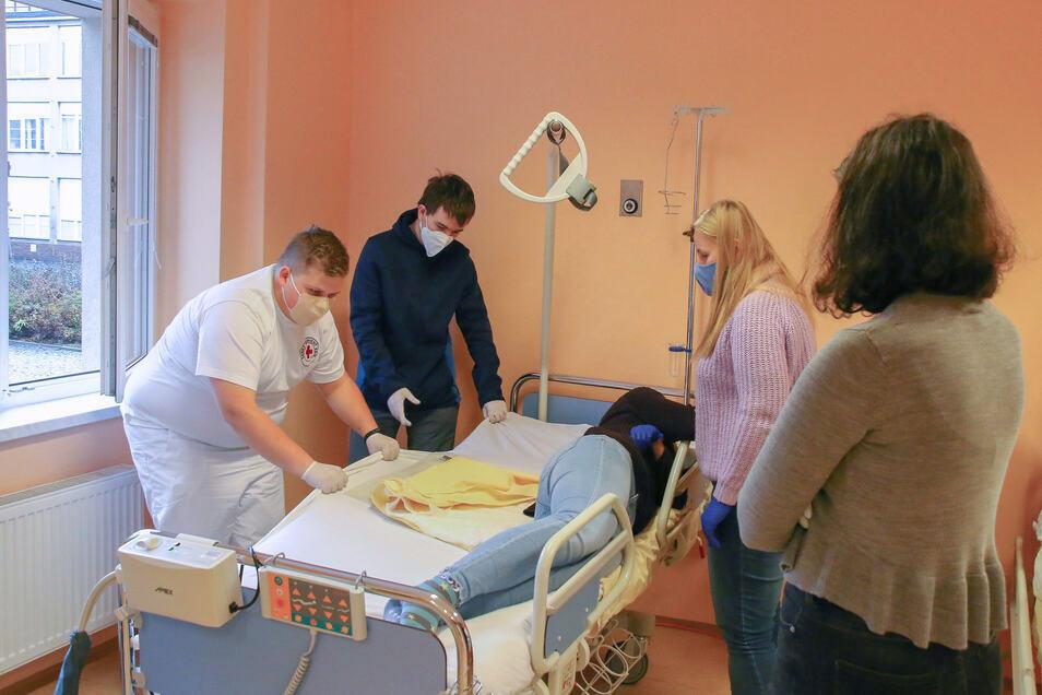 Helfer werden nun geschult im richtigen Umgang mit Corona-Patienten.
