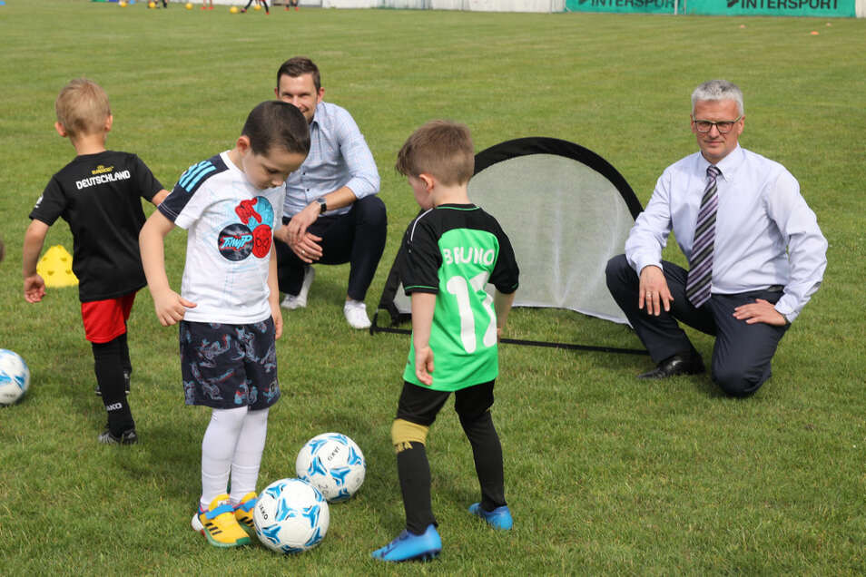 Die jungen Sportler machen sich unter den Augen von Henryk Krongraf (rechts) mit der neuen Ausrüstung vertraut.