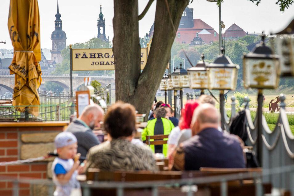 Die Gäste dürfen im Johannstädter Fährgarten nun wieder Platz nehmen. Die Corona-Regeln sind allerdings aufwendig umzusetzen, sagt der Betreiber.