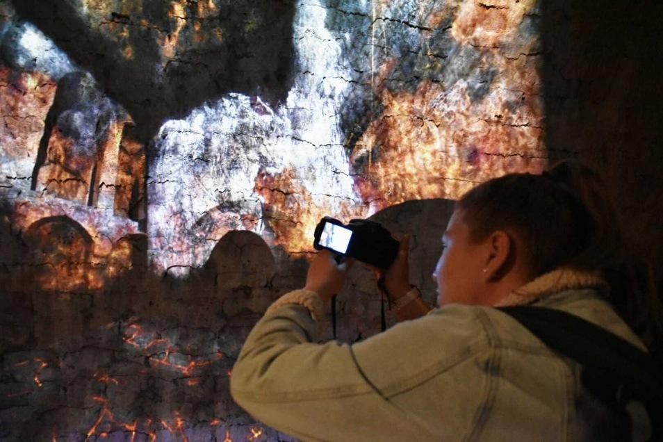 Beamer projizieren Bilder und Filme an die steinernen Wände der Kasematten.