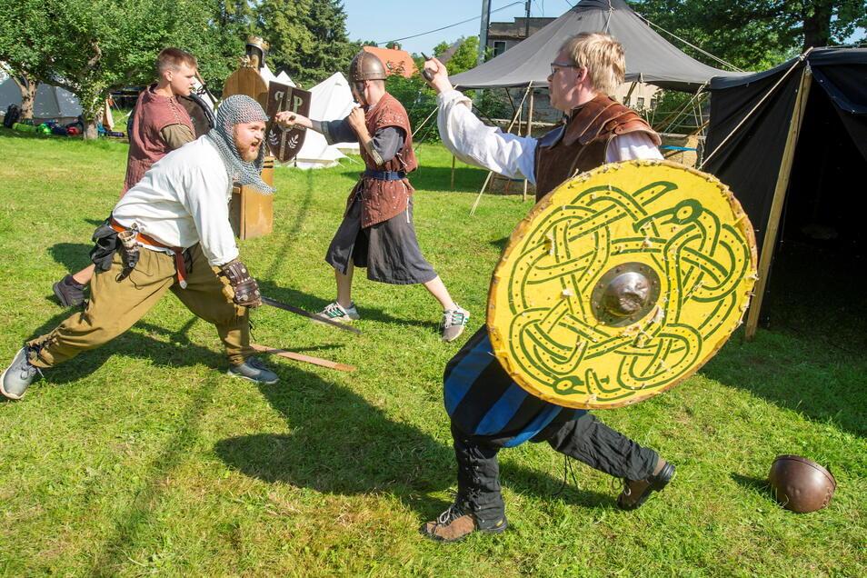 Ritter Timo der Franke (l.) und Samuel der Händler (r.) liefern sich einen Schaukampf.