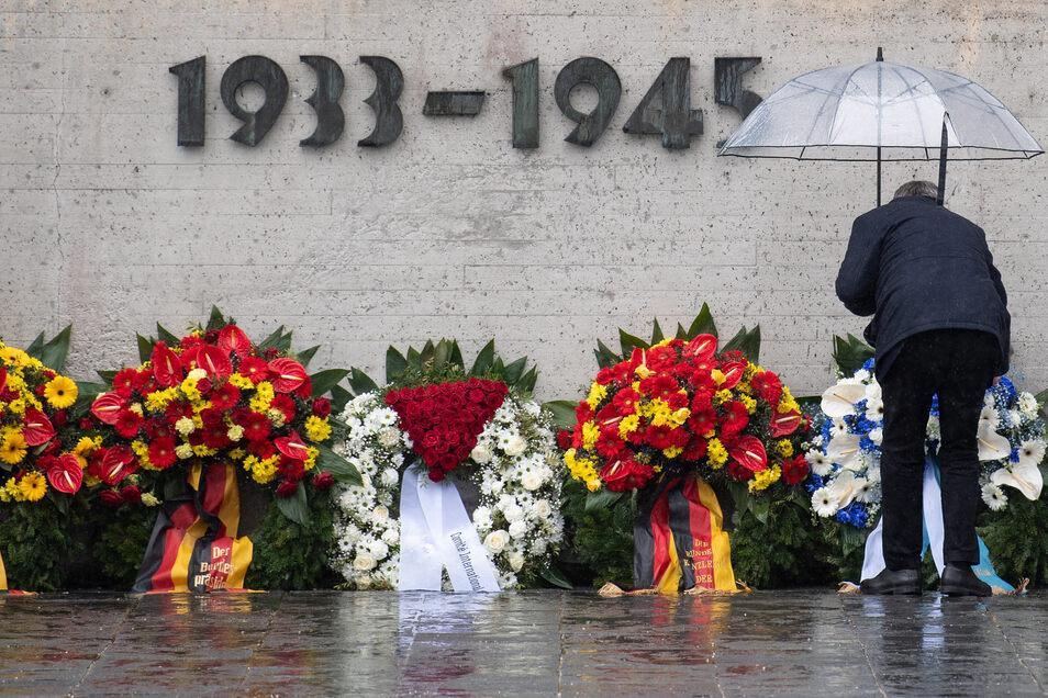 Markus Söder (CSU), Ministerpräsident von Bayern, besucht anlässlich des 75. Jahrestages der Befreiung des Konzentrationslagers Dachau die Gedenkstätte und legt am Internationalen Mahnmal einen Kranz nieder.