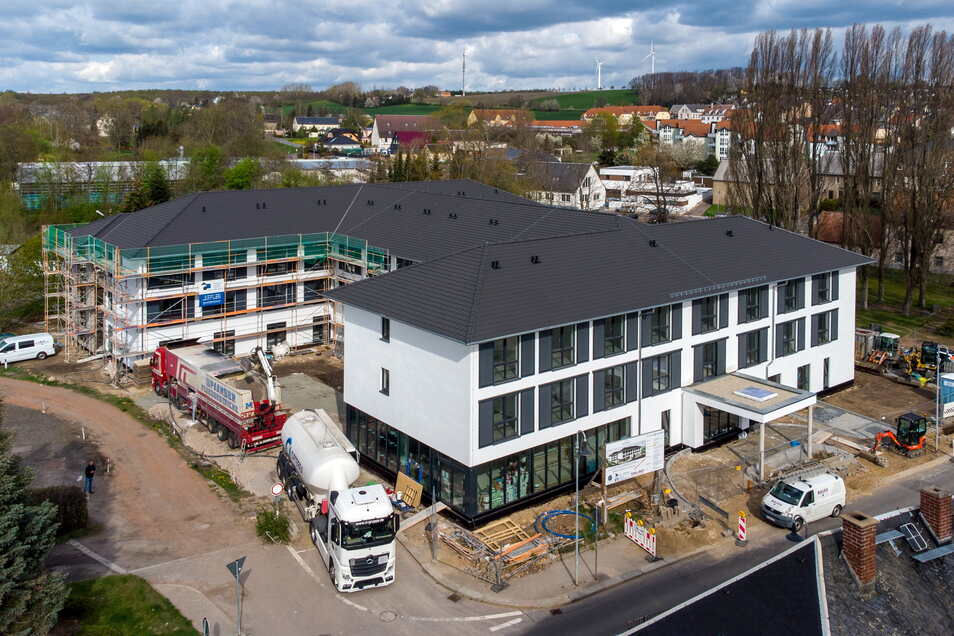 """Das neue Seniorenzentrum """"Care Palace"""" in Hartha wächst. Der vordere Teil des Komplexes ist fast einzugsbereit. Im hinteren Teil hingegen hat sich der Bau verzögert und wird später fertig. Auch die Gestaltung der Außenflächen hat bereits begonnen"""