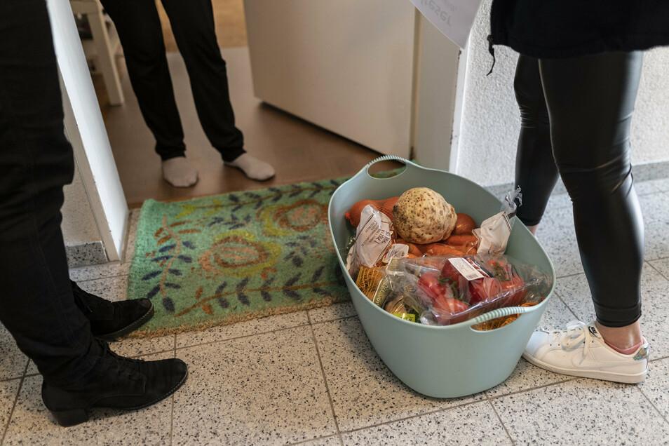 Mitarbeiterinnen des Malteser Hilfsdienstes stehen mit Lebensmitteln vor einer Haustür. Die Mitarbeiterinnen in Freiburg hatten einen Einkaufs- und Lieferdienst für Bedürftige auf die Beine gestellt.