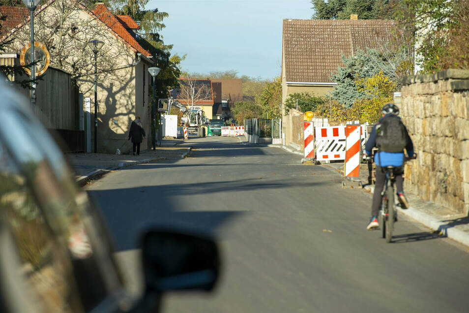 Statt über Holperpflaster und Schlaglöcher verfügt die Mittlere Bergstraße nun über eine ordentliche Asphaltecke samt Gehweg.