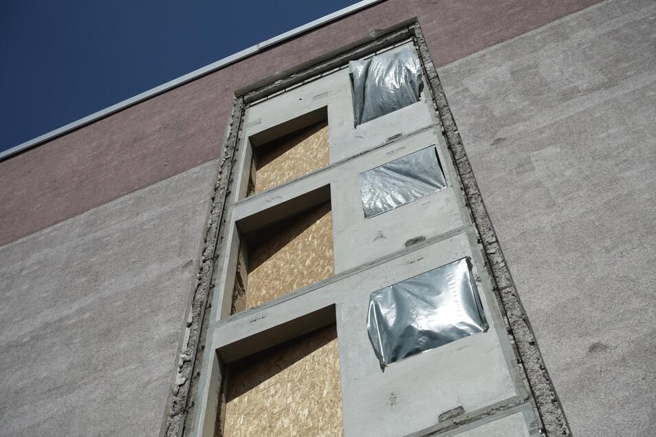 An den Giebelseiten werden die Aufzüge angebaut. Dafür mussten neue Platten eingesetzt werden.
