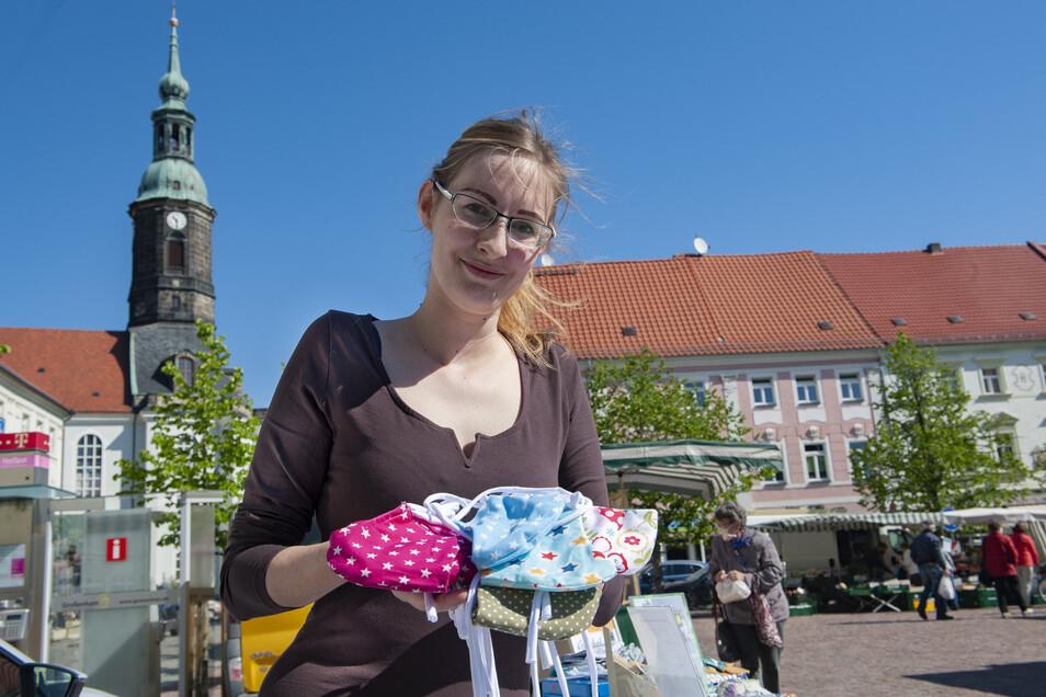 Sophie Peters hat sich am Donnerstag auf dem Großenhainer Wochenmarkt mit einem Angebot an Mund-Nasen-Schutz präsentiert.