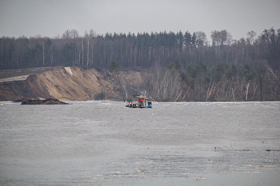 Dieses Foto entstand kurz nach der Rutschung. Zu sehen sind der abgebrochene Uferbereich und links davon zwei neu entstandene Inseln.