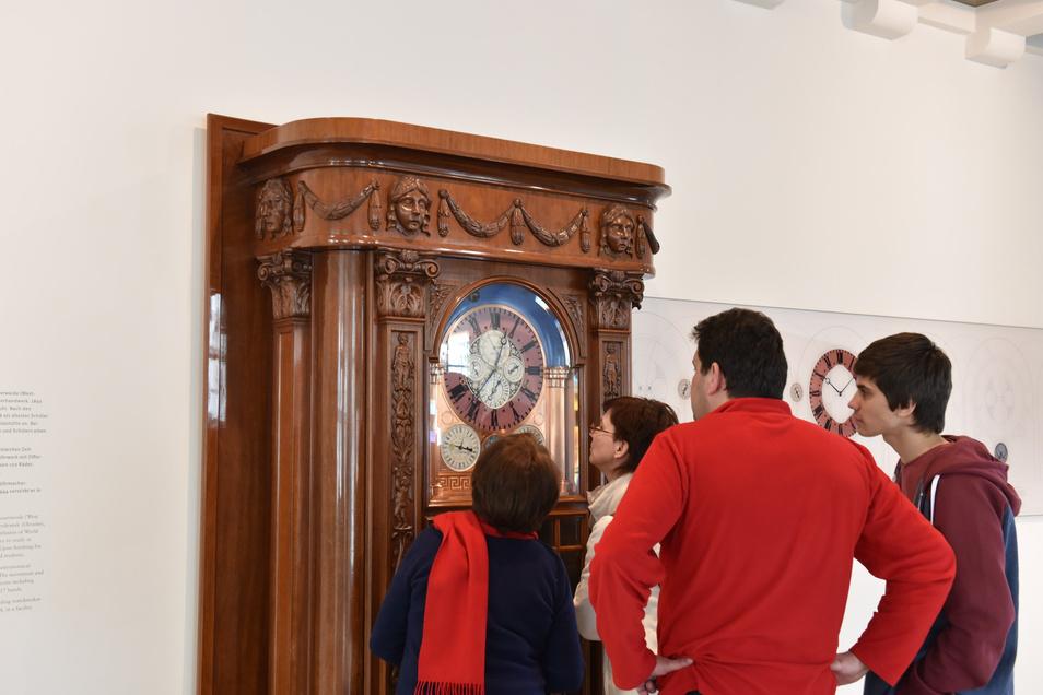 Die berühmte Goertz-Uhr steht im Foyer des Uhrenmuseums und kann eigentlich kostenfrei - von außen - angeschaut werden. Derzeit ist das aber nicht möglich.