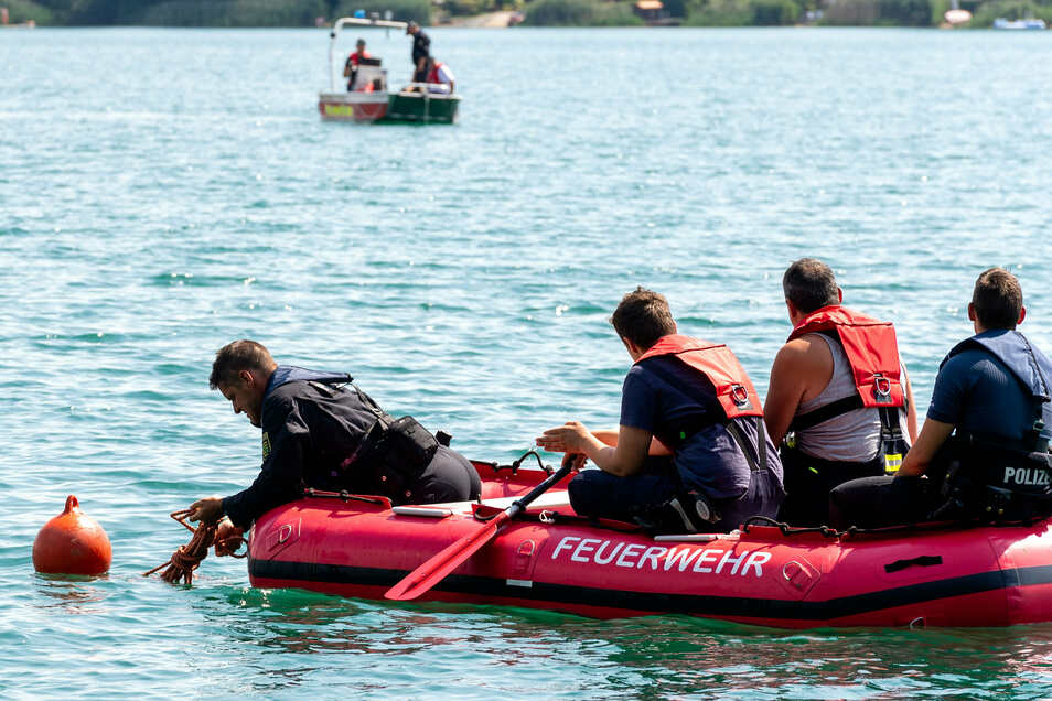 Feuerwehr und Polizei suchten am Dienstag weiter mit Booten, Hubschrauber und Tauchern nach einem Mann, der seit Montagabend nach einem Bad in der Olba in Wartha nicht ans Ufer zurückgekehrte.