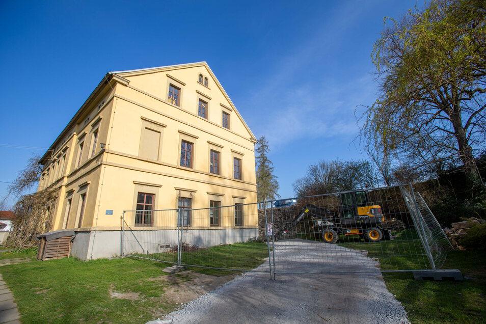 Ein Bagger rückt dem ehemaligen Kinder- und Jugendzentrum hinter dem Pfarrhaus an die Mauern.