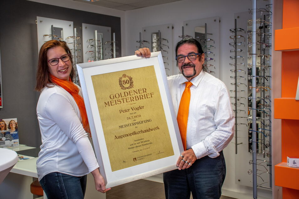 Peter Vogler mit seiner Tochter Claudia Vogler-Bergmann und der Urkunde von der Handwerkskammer zum Goldenen Meisterabschluss.