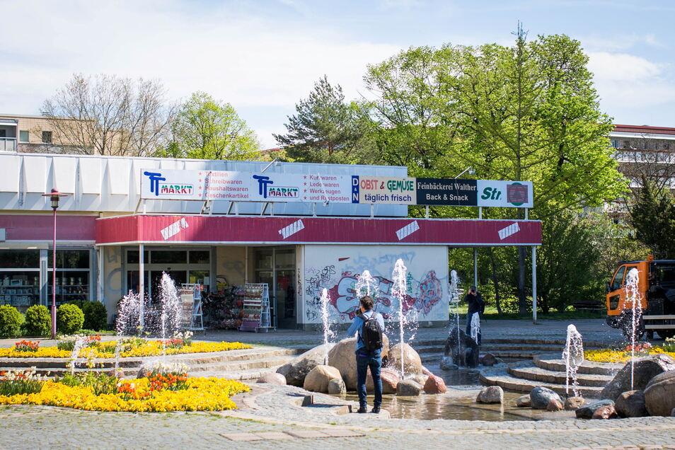 Der Findlingsbrunnen wurde saniert, die Blumenbeete sind neu bepflanzt. Die alte Kaufhalle stört den sonst gepflegten Eindruck des Areals allerdings.