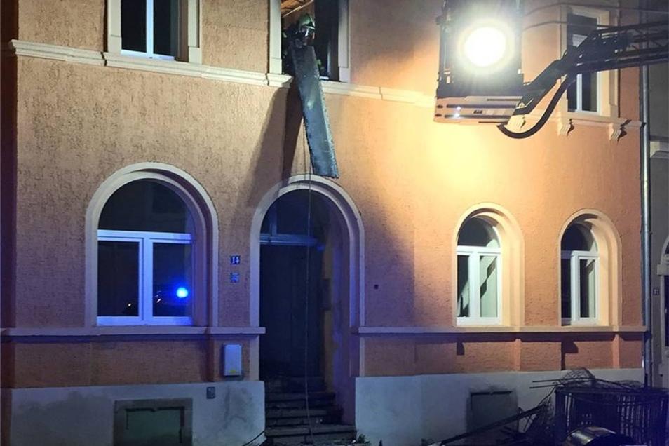 Sachsen / Meißen: Am 28.06.2015 brannte es gegen 0.15 Uhr auf der Rauhentalstraße in Meißen. Hierbei soll es sich um ein noch unbewohntes Asylbewerberheim handeln. Bei der Ankunft der Feuerwehr, brannte es in einem Raum in der ersten Etage. Die Feuerwehr konnte den Brand zügig löschen. Dennoch brannte das Zimmer vollständig aus. Auch weitere Teile des Gebäudes wurden in Mitleidenschaft gezogen. Ob das Haus noch bewohnbar ist, konnte noch nicht geklärt werden. Die Polizei hat ihre Ermittlungen zur Brandursache aufgenommen: