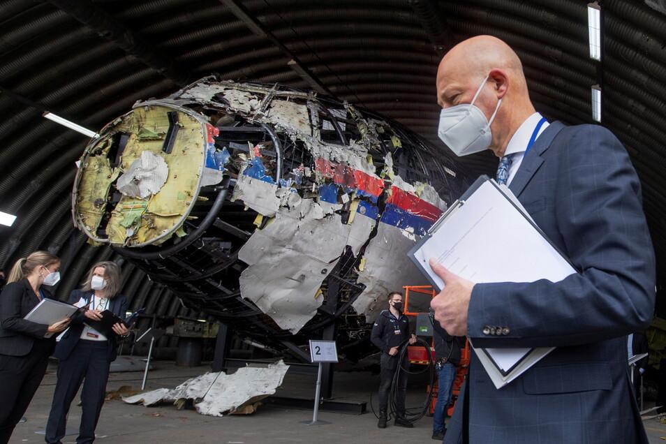Der vorsitzende Richter Hendrik Steenhuis (r) und andere Prozessrichter und Anwälte betrachten das rekonstruierte Wrack.