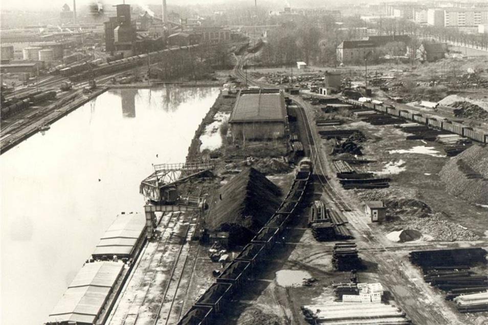 1938: Am Hafen Riesa geht es geschäftig zu. Wenig später bricht der Zweite Weltkrieg aus, an dessen Ende unter anderem die Brücke am Hafen gesprengt wird.