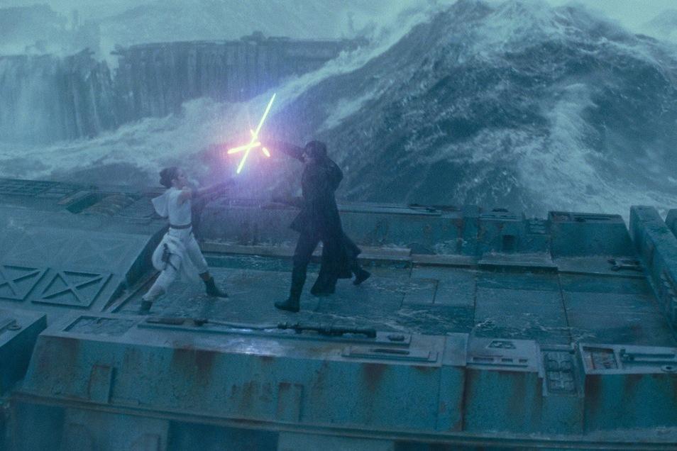 Wenn wilde Wasser wallend wogen: Die gute Rey (Daisy Ridley) trifft auf den bösen Kylo (Adam Driver).