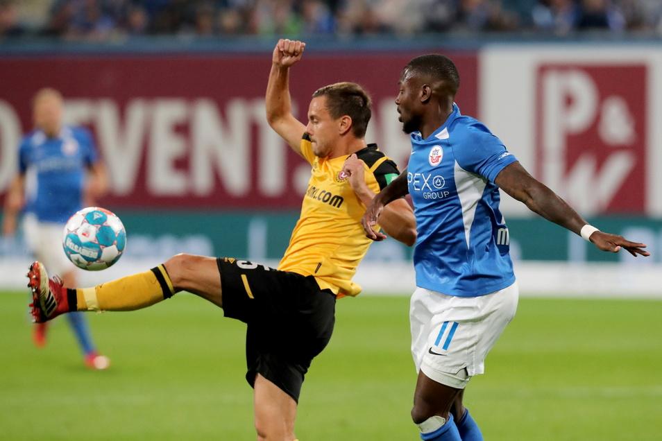 Das Ost-Duell ist erwartungsgemäß von vielen Zweikämpfen geprägt: Dynamos Chris Löwe ist vor dem gefährlichen Rostocker Angreifer Streli Mamba am Ball.