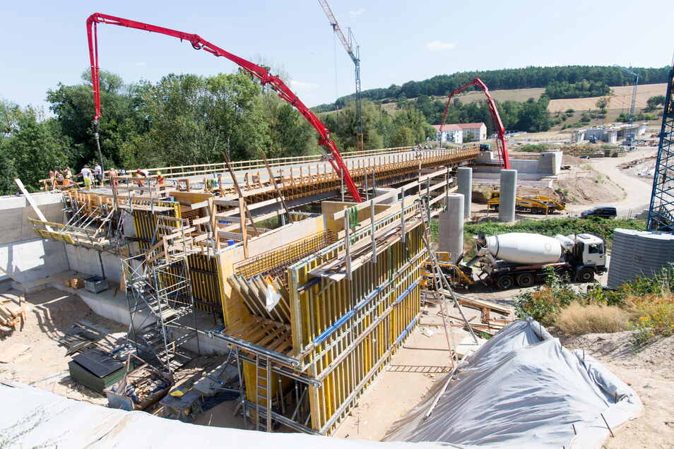 Im Juli 2018 betonierten Fachleute die Brücke über die Seidewitz. Doch schon vorher gab es untendrunter kein Durchkommen mehr.