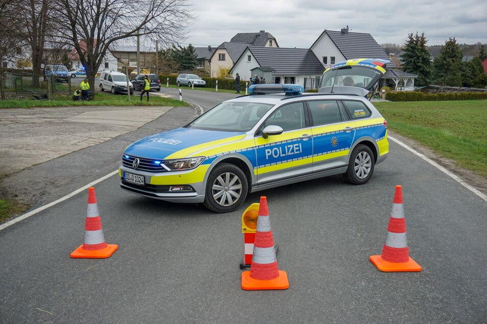 Auf der Horkaer Straße sind am Sonnabend ein Moped und ein Skoda zusammengestoßen. Im Hintergrund sind Polizeibeamte bei der Unfallaufnahme zu sehen.