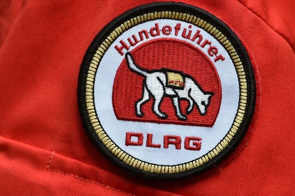 Mit einem Abzeichen auf der Uniform sind die Hundeführer bei der DLRG gekennzeichnet.