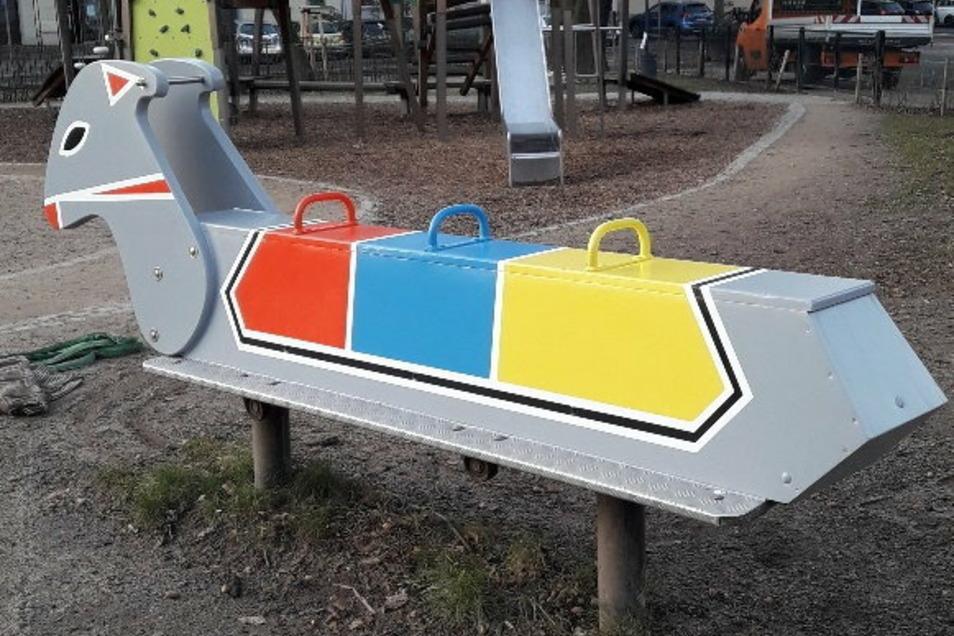 """Das Spielgerät """"Wilder Esel"""" auf dem August-Bebel-Platz ist seit Mittwoch wieder da. Es wurde gewartet."""