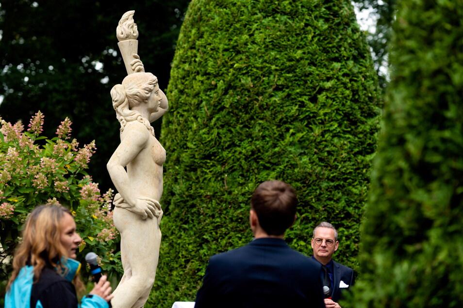 Die Skulptur am Parkhotel mit Bildhauerin Romy Kumann (li.) und Hotelchef Ralf Thiele (re.).